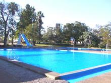 piscina con tobogan en las termas del arapey